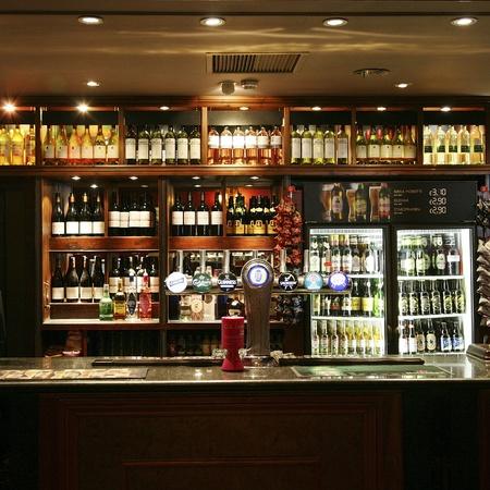 cafe bar: Londen, Verenigd Koninkrijk - 03 juni 2011: In het licht van een cafe, bekend als cafe, voor het drinken en gezelligheid, is het middelpunt van de gemeenschap, Pub bedrijf, nu zo'n 53.500 pubs in het Verenigd Koninkrijk, is gedaald per jaar.