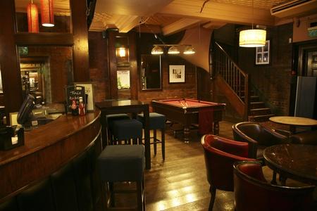 Londen, Verenigd Koninkrijk - 30 augustus 2010: Inside view van een openbaar huis, bekend als cafe, voor het drinken en gezelligheid, is het middelpunt van de gemeenschap, Pub bedrijf, nu ongeveer 53.500 pubs in het Verenigd Koninkrijk, is gedaald per jaar.