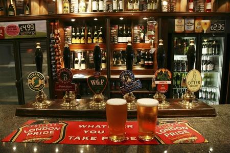 Londen, Verenigd Koninkrijk - September 06, 2010: Binnen mening van een openbaar huis, beter bekend als cafe, voor het drinken en gezelligheid, is het middelpunt van de gemeenschap, Pub bedrijf, nu zo'n 53.500 pubs in het Verenigd Koninkrijk, is gedaald per jaar. Redactioneel