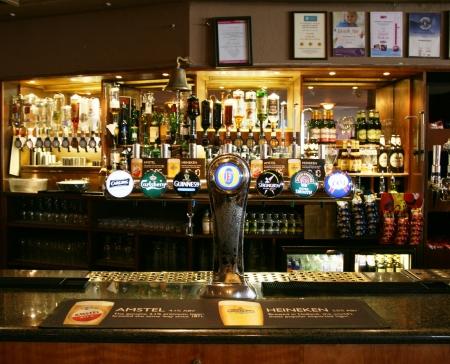 cafe bar: Londen, Verenigd Koninkrijk - 07 maart 2011: Binnen mening van een openbaar huis, beter bekend als cafe, voor het drinken en gezelligheid, is het middelpunt van de gemeenschap, Pub bedrijf, nu zo'n 53.500 pubs in het Verenigd Koninkrijk, is gedaald per jaar.