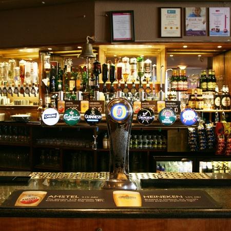 Londen, Verenigd Koninkrijk - 07 maart 2011: Binnen mening van een openbaar huis, beter bekend als cafe, voor het drinken en gezelligheid, is het middelpunt van de gemeenschap, Pub bedrijf, nu zo'n 53.500 pubs in het Verenigd Koninkrijk, is gedaald per jaar.