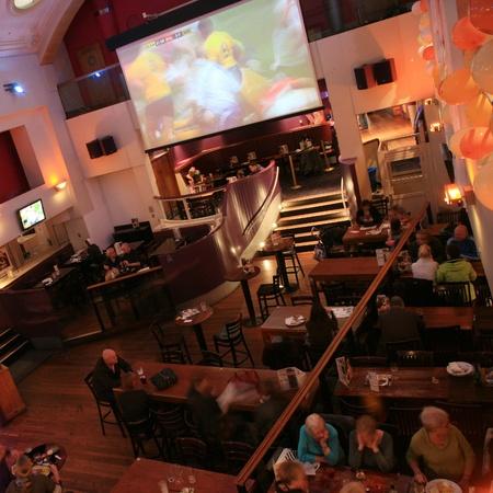 Londen, Verenigd Koninkrijk - 06 november 2010: In het licht van een cafe, bekend als cafe, voor het drinken en gezelligheid, is het middelpunt van de gemeenschap, Pub bedrijf, nu zo'n 53.500 pubs in het Verenigd Koninkrijk, is gedaald per jaar.