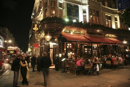 Londen, Verenigd Koninkrijk - 06 november 2010: Outside view van een openbaar huis, bekend als cafe, voor het drinken en gezelligheid, is het middelpunt van de gemeenschap, Pub bedrijf, nu ongeveer 53.500 pubs in het Verenigd Koninkrijk, is gedaald per jaar. Redactioneel