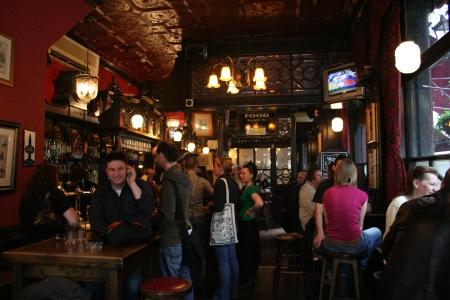 Londen, Verenigd Koninkrijk - 7 mei 2006: Inside view van een openbaar huis, bekend als cafe, voor het drinken en gezelligheid, is het middelpunt van de gemeenschap, Pub bedrijf, nu ongeveer 53.500 pubs in het Verenigd Koninkrijk, is gedaald per jaar.