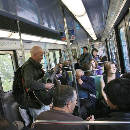 muscian: Par�s, Francia - 25 de septiembre de 2010: Vista interior del Sistema Metro, una de las redes m�s densas del mundo, que cubre 214 kilometros de pistas. Editorial