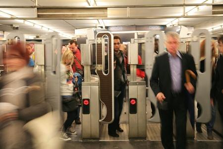 Paris, France - Septembre 27, 2010: Vue intérieure du système de métro, l'un des réseaux les plus denses du monde, couvrant 214 km de pistes.