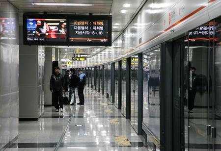 Seoul, Zuid-Korea - 22 april 2011: In het licht van de Metropolitan Subway in Seoul, een van de meest intensief gebruikte metro systemen in de wereld, service 8 miljoen passagiers per dag.