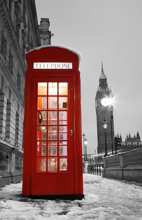 Cabina de tel�fono rojo de Londres y el Big Ben en la distancia. photo