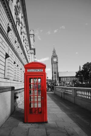cabina telefonica: Big Ben y el stand de Red hay un tel�fono en Pariament Square en Londres Foto de archivo