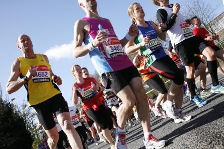 Londen, Verenigd Koninkrijk - 22 april 2012: Runners in Londen Marathon. De marathon van Londen is naast New York, Berlijn, Chicago en Boston naar de World Marathon Majors, de Champions League in de marathon.
