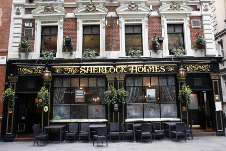 London, UK - May 06, 2012: Outside view of a public house, known as pub, for drinking and socializing, is the focal point of the community, Pub business, now about 53,500 pubs in the UK, has been declining every year.    新聞圖片