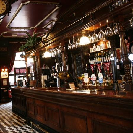 cafe bar: Londen, Verenigd Koninkrijk - 5 mei 2012: Inside view van een openbaar huis, bekend als cafe, voor het drinken en gezelligheid, is het middelpunt van de gemeenschap, Pub bedrijf, nu ongeveer 53.500 pubs in het Verenigd Koninkrijk, is gedaald per jaar.