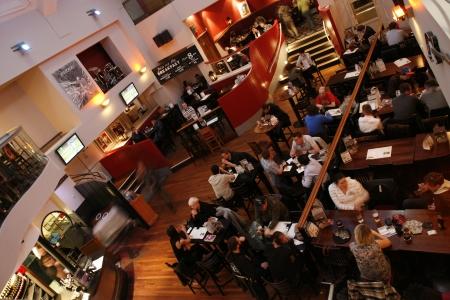 Londen, Verenigd Koninkrijk - 6 mei 2012: Inside view van een openbaar huis, bekend als cafe, voor het drinken en gezelligheid, is het middelpunt van de gemeenschap, Pub bedrijf, nu ongeveer 53.500 pubs in het Verenigd Koninkrijk, is gedaald per jaar.