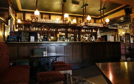 Londen, Verenigd Koninkrijk - 16 mei 2012: Inside view van een openbaar huis, bekend als cafe, voor het drinken en gezelligheid, is het middelpunt van de gemeenschap, Pub bedrijf, nu ongeveer 53.500 pubs in het Verenigd Koninkrijk, is gedaald per jaar.