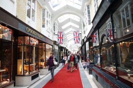Londen, Verenigd Koninkrijk - 4 juni 2012: Inside view van Burlington Arcade, 19e eeuwse Europese winkelgalerij, achter Bond Street van Piccadilly tot Burlington Gardens, geopend in 1819 voor de verkoop van sieraden en mooie artikelen.