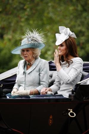 Londen, Verenigd Koninkrijk - 16 juni 2012: Catherine, hertogin van Cambridge en Camilla, hertogin van Cornwall zetel in de Royal Coach op Koninginnedag Parade. Koninginnedag Parade vindt plaats op Koninginnedag in elk jaar in juni in Londen vieren. Redactioneel