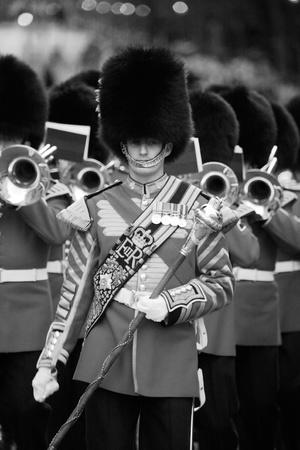 hiebe: London, Gro�britannien - 13. Juni 2012: Massed Bands bei Beating Retreat 2012. Beating Retreat ist eine milit�rische Zeremonie findet am Horse Guard Parade in White Hall, London. Diese Zeremonie wird von Milit�rmusik wie Bands der Garde und Haushalt Caval durchgef�hrt Editorial