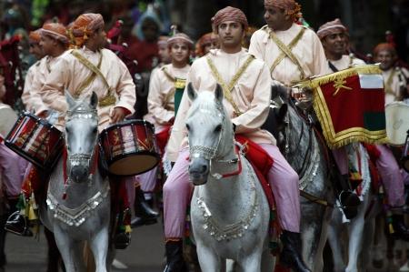 hiebe: London, UK - 13. Juni 2012: Mitglied der Royal Omani Bands am Beating Retreat 2012. Beating Retreat ist eine milit�rische Zeremonie findet am Horse Guard Parade in White Hall, London. Diese Zeremonie wird durch milit�rische Band wie Bands der Foot Guards durchgef�hrt und
