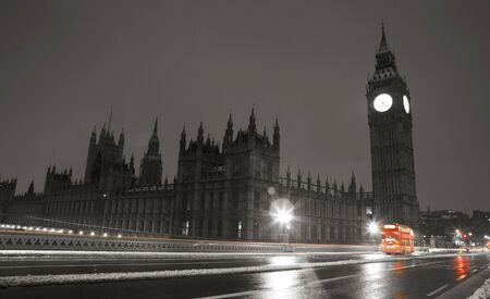 La neige a couvert Westminster, vu de la rive sud, à l'aube.