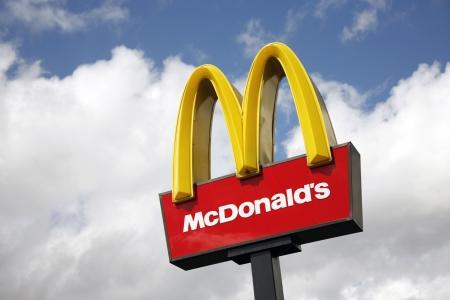Londen, Verenigd Koninkrijk - 22 juni 2012: McDonalds logo op blauwe hemel achtergrond. McDonald