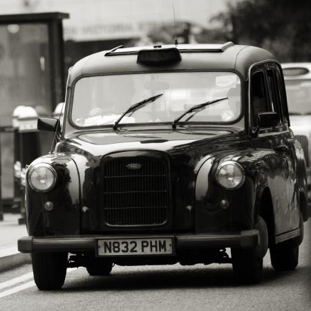 Londen, Verenigd Koninkrijk - 14 juni 2012: TX4, London Taxi, ook wel hackney vervoer, zwarte taxi. Traditioneel Taxi's zijn allemaal zwart in Londen, maar nu geproduceerd in verschillende kleuren. Redactioneel
