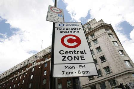introduced: Londres, Reino Unido - 30 de abril de 2012: Congestion Charge Zone Sign, introducido 2003 para reducir la congesti�n en el centro de Londres y para recaudar fondos para TfL, la carga est�ndar es de 10 por cada d�a de lunes a viernes.