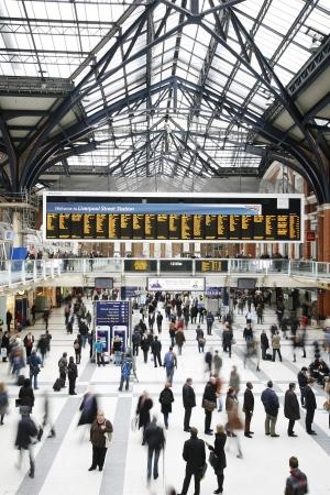 terminus: Londres, Reino Unido - 12 de diciembre de 2011: Vista interior de la estaci�n de Liverpool Street, ubicada en la ciudad de Londres, desde 1874, el tercero m�s concurrido terminal del ferrocarril despu�s de Waterloo y Victoria en el Reino Unido, sirvi� m�s de 55 millones de pasajeros entre abril de 2010 y marzo de 2011.
