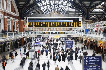 Londen, Verenigd Koninkrijk - 12 december 2011: Inside view van Liverpool Street Station, gelegen in City of London, sinds 1874, de derde drukste spoorlijn eindpunt na Waterloo en Victoria in het Verenigd Koninkrijk, diende meer dan 55 miljoen passagiers tussen april 2010 en maart 2011. Redactioneel