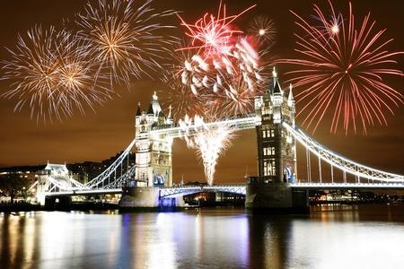 Vuurwerk over de Tower Bridge op Bonfire Night