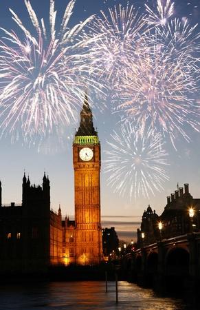 guy fawkes night: Fuochi d'artificio sopra il Big Ben visto dalla piazza del Parlamento, di notte