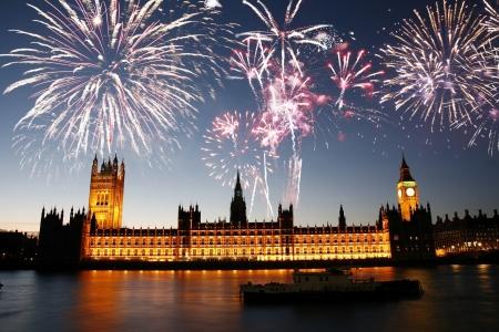Vuurwerk over Palace of Westminster gezien van South Bank
