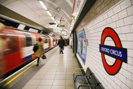지하에: 런던, 영국 - 2012년 11월 11일 : 런던 지하철, 옥스포드 서커스, 트랙의 402km를 커버하는 세계에서 가장 오래된 지하철의 내부보기, 에디토리얼