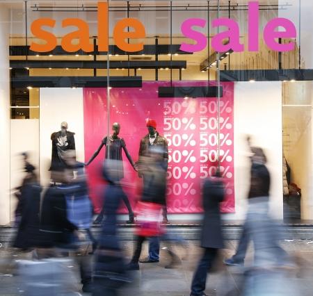 Sale signs in shop window, big reductions Standard-Bild