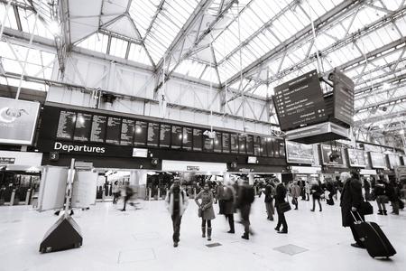 terminus: Londres, Reino Unido - 18 de noviembre de 2012: Vista interior de la estaci�n de Waterloo, las personas presentes, desde 1848, el centro de Londres terminal ferroviaria, la m�s transitada terminal ferroviaria, que se sirve 91.000.000 pasajeros entre los a�os 2010 - 2011. Editorial