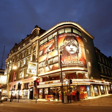 Londen, Verenigd Koninkrijk - 10 december 2012: Buitenaanzicht van Queen's Theatre, West End theater, gelegen op Shaftesbury Avenue, City of Westminster, sinds 1907, ontworpen door WGR Sprague, bij Nacht. Redactioneel