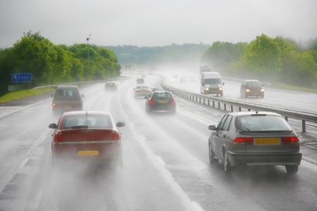 Aangezien er s hevige regenbui op een snelweg en de conditie van de weg ziet er heel gevaarlijk