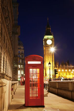 cabina telefono: Cabina de teléfono rojo en la noche, el Big Ben en la distancia. Cabina de teléfono rojo es uno de los más famosos iconos de Londres.
