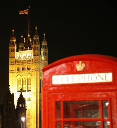 cabina telefonica: Cabina de tel�fono rojo y la Torre de Victoria en la noche. Cabina de tel�fono rojo es uno de los m�s famosos iconos de Londres. Editorial