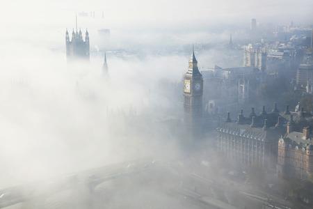 cenital: Palacio de Westminster en niebla visto desde el London Eye
