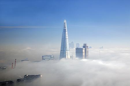 De scherf en enkele wolkenkrabbers in de mist gezien vanuit London Eye Stockfoto