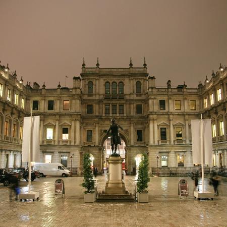 Londen, Verenigd Koninkrijk - 21 december 2010: Nacht uitzicht van de Koninklijke Academie van Beeldende Kunsten, privaat gefinancierde instelling geleid door vooraanstaande kunstenaars, opgericht 1768, in Piccadilly, London.