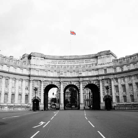 webb: Admiralty Arch, progettato da Sir Aston Webb, completato nel 1912, situato tra The Mall e Trafalgar Square