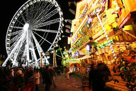 Londen, Verenigd Koninkrijk - 26 november 2013: scène van de nacht van Hyde Park winter wonder land, mensen kunnen genieten van de attracties en bezienswaardigheden in de beroemde Winter wonderland, vinden plaats per jaar, in Hyde Park, Londen Redactioneel