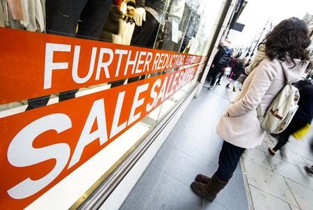 Sale signs in shop window, Christmas, January, big reductions 版權商用圖片