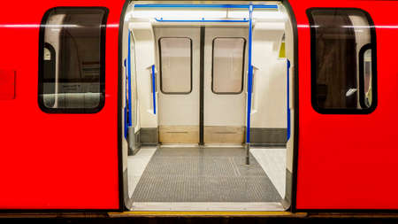 運輸: 內部視圖倫敦地鐵,地鐵站,列車停開門