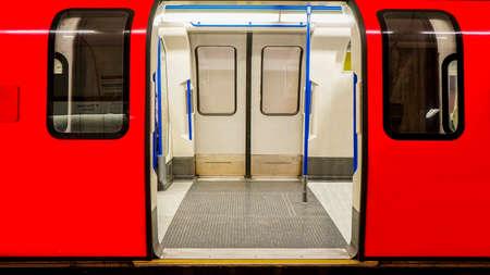 tren: Vista del metro de Londres, la estaci�n de metro interior, tren se detuvo abriendo la puerta Foto de archivo