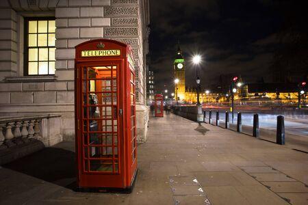 cabina telefonica: Cabina de tel�fono roja, en la Plaza del Parlamento, uno de los iconos m�s famosos de Londres, el Big Ben se encuentra en la zaga.