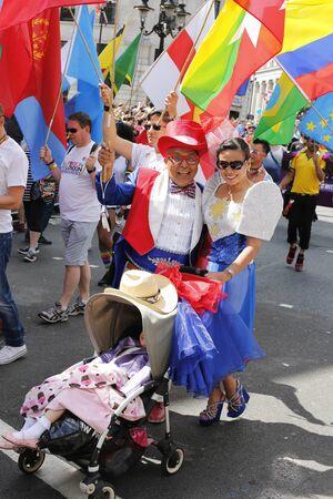 transsexual: Londres - 27 de junio de 2015: La gente toma parte en el Orgullo Gay de Londres de 2015 Worldpride, que se estima 25.000 personas participaron en la marcha, el desfile para apoyar los derechos de los homosexuales.