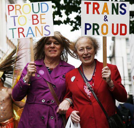 transsexual: LONDRES - 7 de julio: La gente toma parte en la marcha gay de Londres de 2012 Worldpride el 7 de julio de 2012 en Londres, Reino Unido, cerca de 25.000 personas participaron en la marcha, el desfile para apoyar los derechos de los homosexuales.