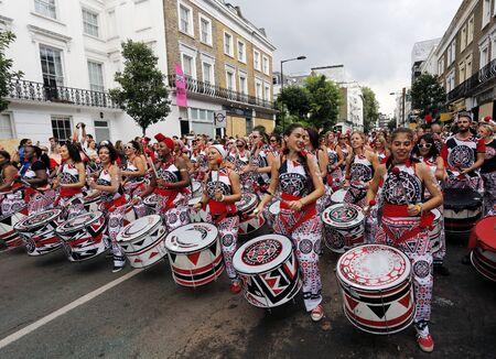 Londres, Reino Unido - el 29 de agosto de 2016: Los ejecutantes participan en el segundo día del carnaval de Notting Hill, el más grande de Europa. Carnaval tiene lugar durante dos días en cada agosto.